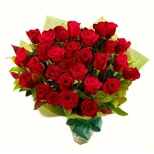 Clustered Red Roses Bouquet with Enthralling Beauty